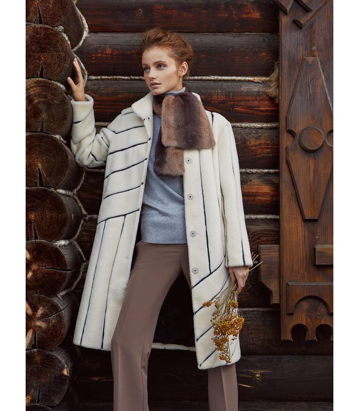 Утепленное пальто из вязаной овчины с кожаной отделкой