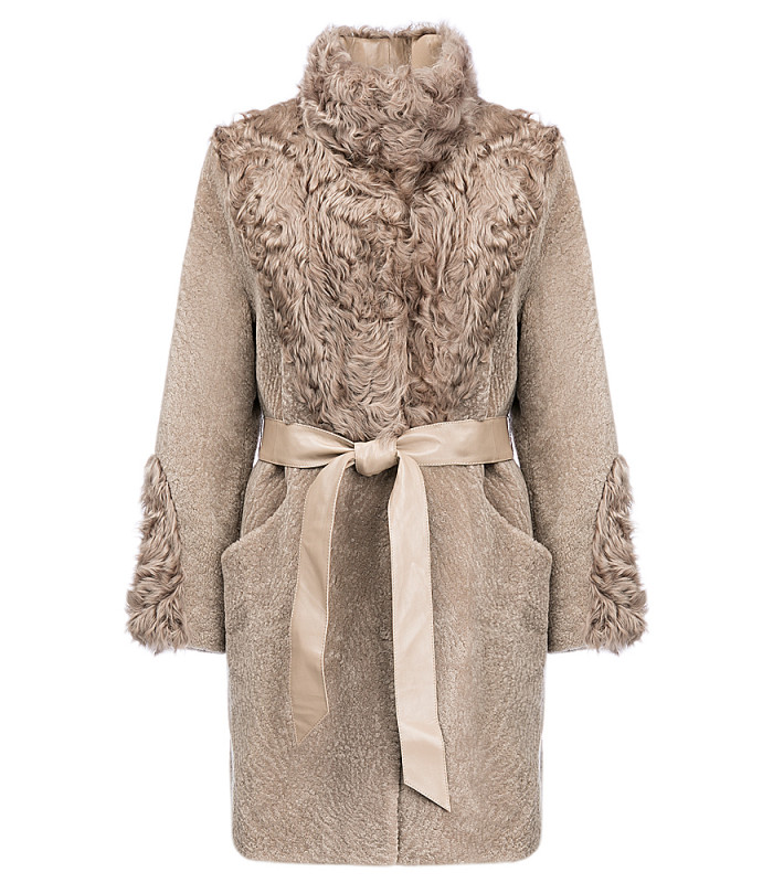 Утепленное пальто из овчины с отделкой мехом козлика